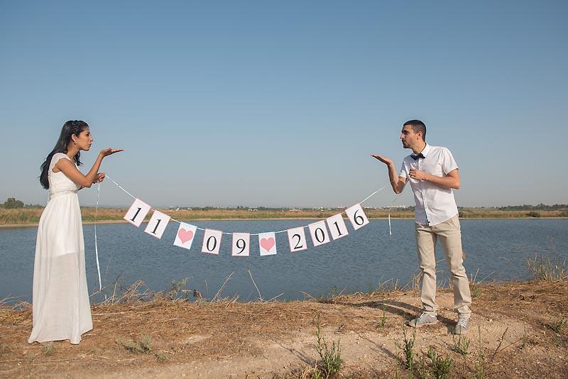 צילומי טרום חתונה עם תאריך חתונה ליד האגם בגן יבנה