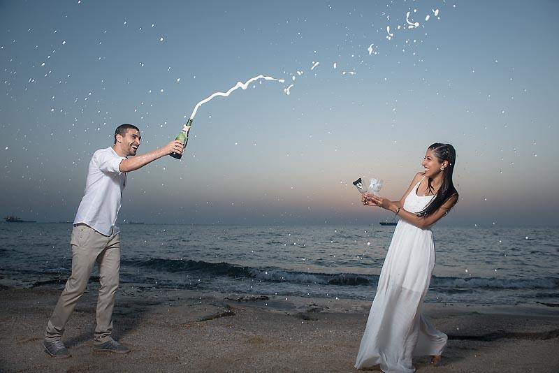 פתיחת בקבוק שמפניה בצילומי טרום חתונה