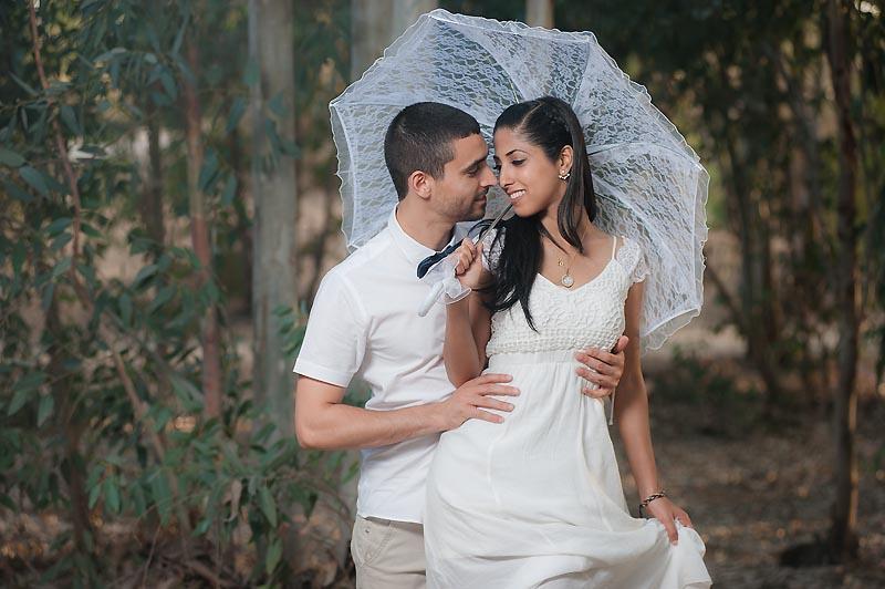 שימוש במטריה בצילומי טרום חתונה