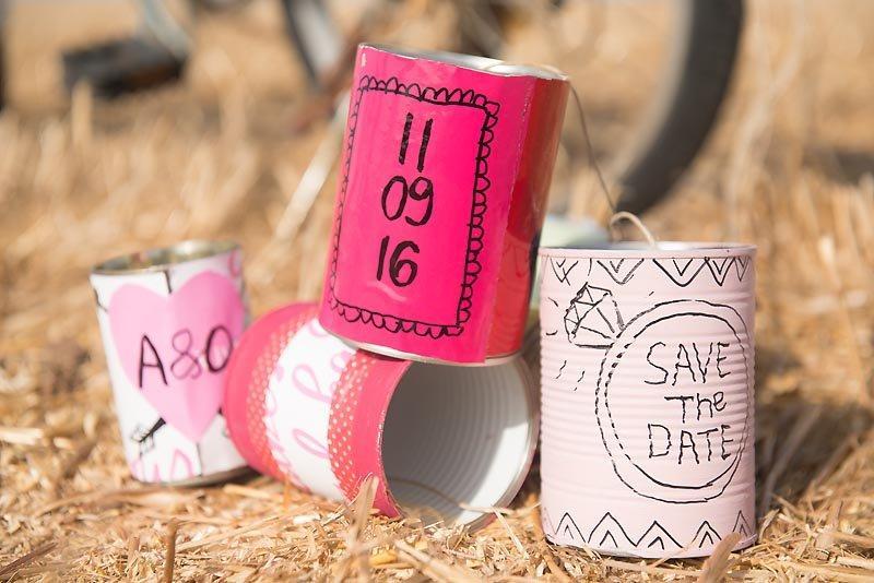 צילומי טרום חתונה רעיון עם קופסת שימורים